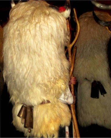 Momotxorros de espaldas en la Kalejira. Alsasua.Navarra